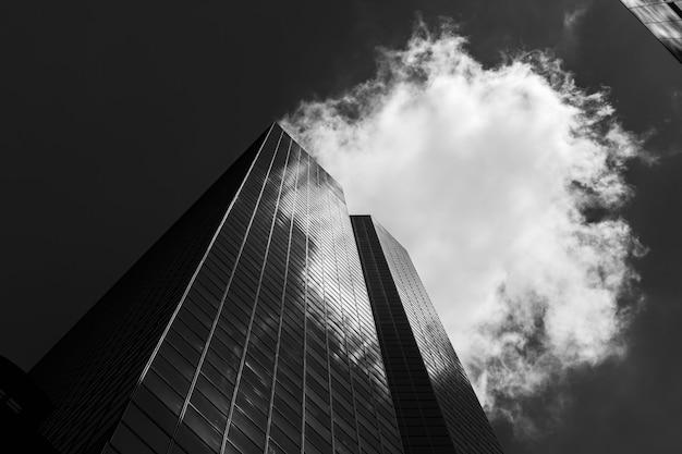 맨해튼 현대 건축. 고층 빌딩의 유리 외관에서 반사된 흰 구름. 흑백 이미지