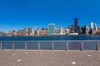 マンハッタンニューヨーク日当たりの良いスカイラインイーストリバーニューヨーク