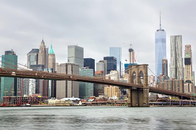 Горизонт манхэттена и бруклинский мост в пасмурный день