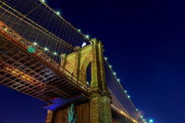 Горизонт манхэттена от бруклинского моста в сумерках с автомобильной тропой. Premium Фотографии