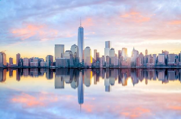 황혼의 원 월드 트레이드 센터 빌딩이 있는 맨해튼 스카이라인