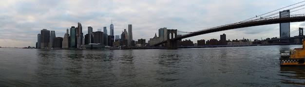 Манхэттенские небоскребы и бруклинский мост в нью-йорке