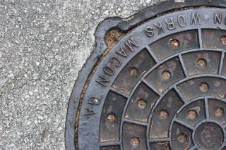 Manhole, metallic