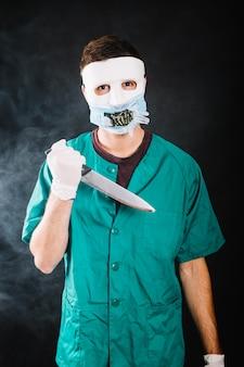 ナイフを持つ躁病の医者
