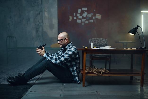 Маньяк-похититель засовывает пистолет в рот