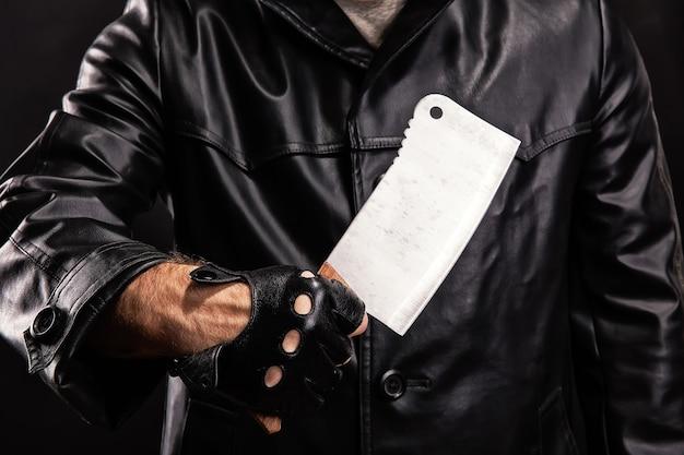 Маньяк с ножом на темном фоне