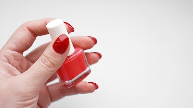 Маникюр - красивые ухоженные женские ногти с красным лаком