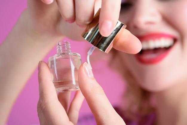Маникюрный уход за пальцами рук покрытие ногтей лаком процесс маникюра салон красоты лак для ногтей