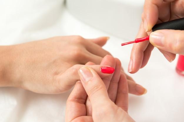 Il processo di manicure ha sparato