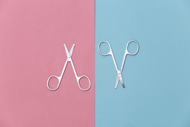 핑크 블루에 매니큐어가 위. 뷰티 개념. 손톱 손질