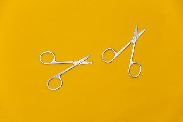 노란색에 매니큐어 가위. 뷰티 개념. 손톱 손질