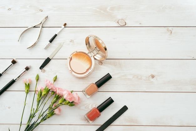 Маникюрный набор и лак для ногтей на деревянном фоне