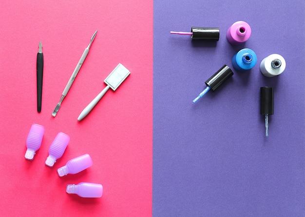 ピンクパープルの背景のクローズアップに綿棒でシェラックのマニキュアセット