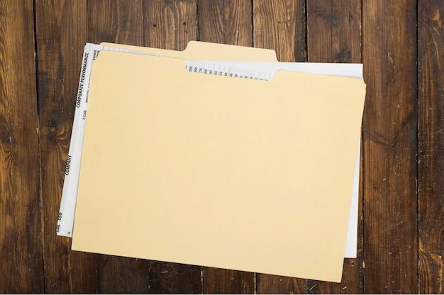 Папка в маниле с какими-то документами. на фоне