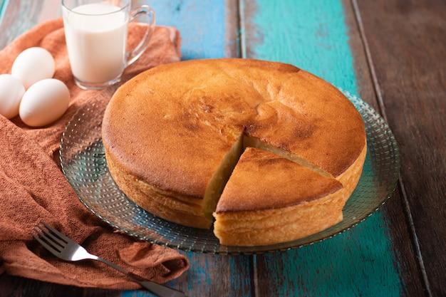 소박한 나무 배경으로 manioc 케이크입니다.
