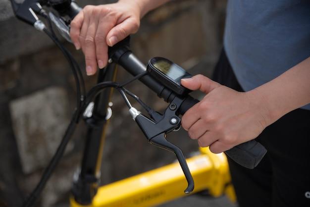 自転車のデジタルスピードメーターを操作する