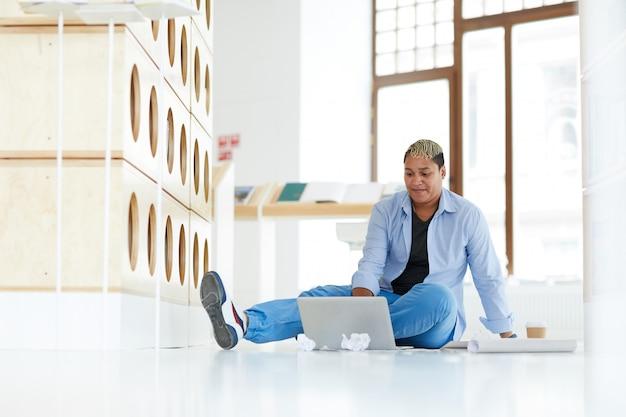 Мужественная женщина просматривает информацию на сайте