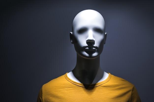 Манекен модной одежды в темном свете