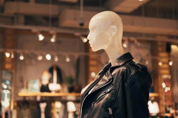 쇼핑, 패션, 광고를 위한 패션 스토어의 검은색 가죽 재킷을 입은 마네킹.