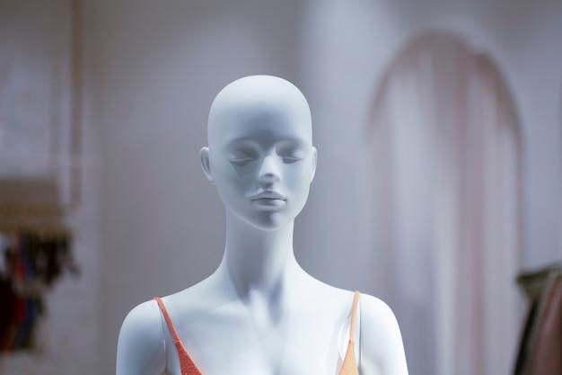 Манекен в витрине модного магазина