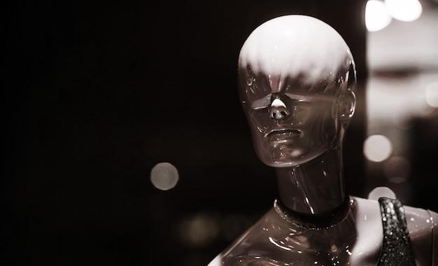 ファッションショップの焦点がぼけたファッションとスタイルのコンセプトで輝く真っ白なマネキンのマネキン