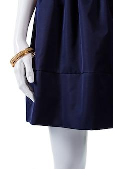 스커트와 팔찌를 착용한 마네킹. 주름이 있는 팔찌와 치마. 레이디스의 새로운 골드 팔찌. 값비싼 장신구.