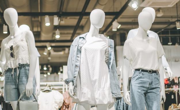 ショッピングモールの衣料品店で、デニムと白い服を着たマネキン