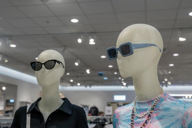 店内にサングラスをかけたマネキン