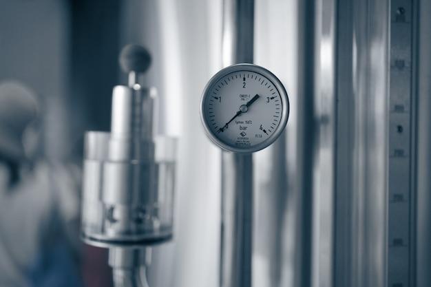 鋼製シリンダー貯蔵庫の圧力計、またはビールやサイダーの製造プラント、産業機械設備のバットまたはタンク