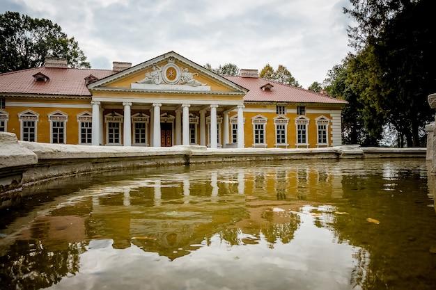 村samchiky starokostyantinivsky raion、ウクライナのマナー。古典主義のスタイルで構築