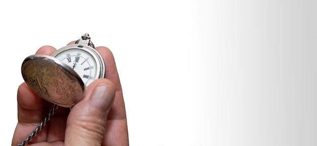 시간과 작업 복사 공간의 개념 빈티지 회중 시계를 들고 망 손