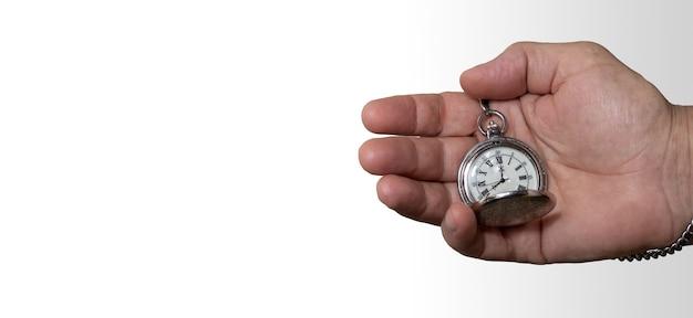 시간 복사 공간의 개념 빈티지 회중 시계를 들고 손을 망