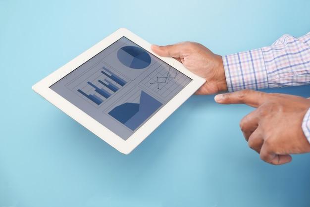 파란색 배경에 디지털 태블릿에 손 망