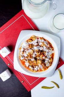 Manti in salsa sul tavolo