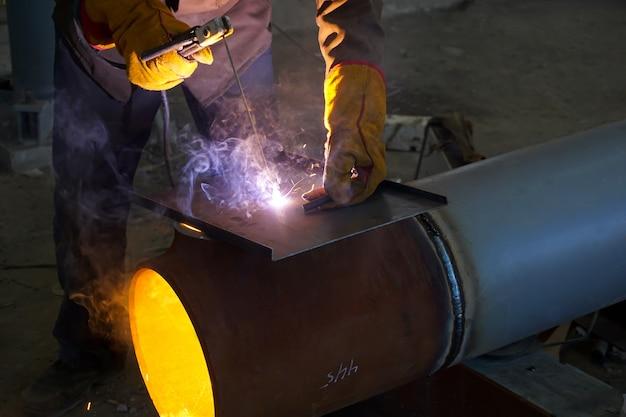 ロシアの石油精製所のプロセスパイプラインと金属構造の手動アーク溶接