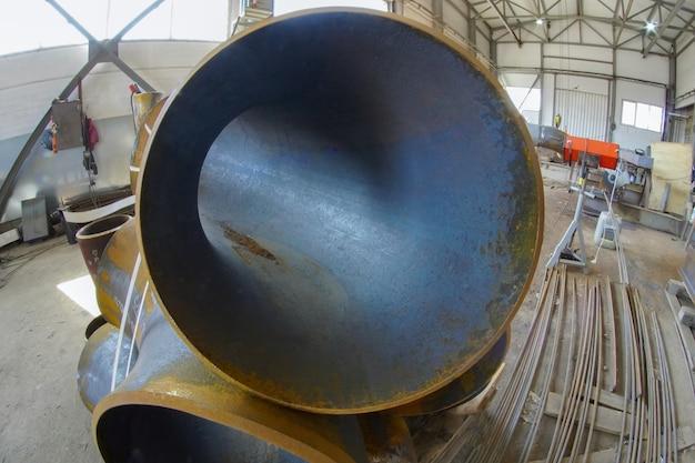 手動アーク溶接。プロセスパイプラインdn350とベンドの形の継手は、手動アーク溶接用に準備されています。