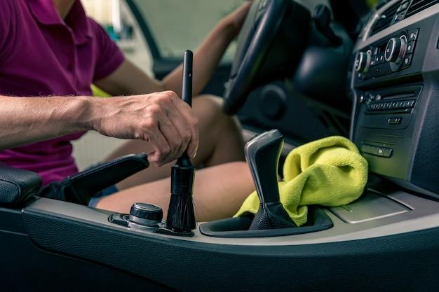 칫솔질을 통해 자동차 내부를 수동으로 청소하십시오.