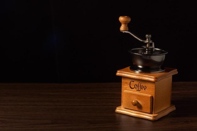 Ручная кофемолка на черном фоне