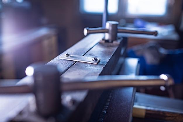 Ручная гибкая машина крупным планом металлические массивные детали