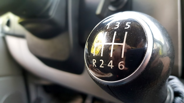 자동차 매크로 블랙의 수동 기어박스.