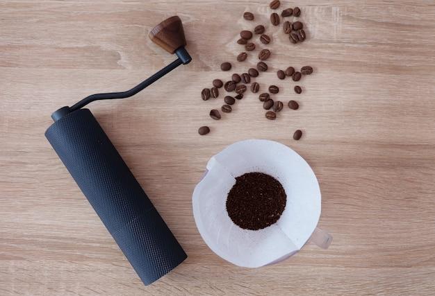 コーヒー豆を手で挽いて、コーヒーに注ぐグラスを淹れる。