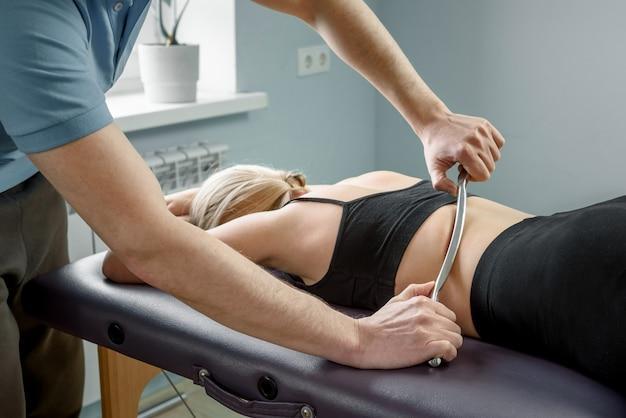 스테인리스 스틸 iastm 도구를 사용한 수동 치료