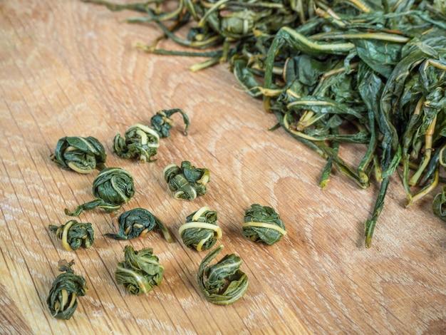 発酵のための茶葉の手動ねじり。イワン茶発酵