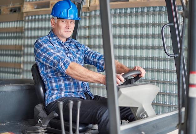 Lavoratore manuale presso il magazzino