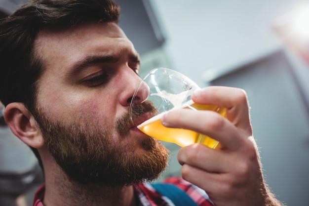 醸造所でビールを飲むメーカー