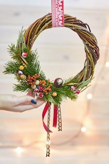 自分の手でクリスマスの装飾のメーカー。休日のクリスマスリース。新年のお祝い。装飾オーナメントのマスタークラス