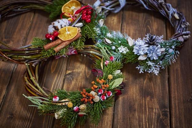 自分の手でクリスマスの装飾のメーカー。休日のクリスマスリース