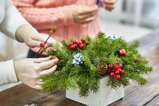 自分の手でクリスマスの装飾のメーカー
