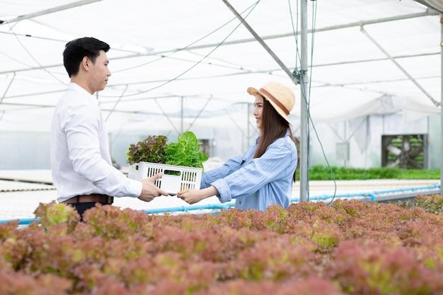 メーカーはバスケットに有機野菜を消費者に送ります。