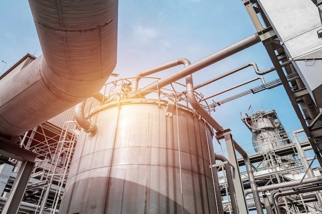저장탱크가 있는 화학공업 플랜트 제조